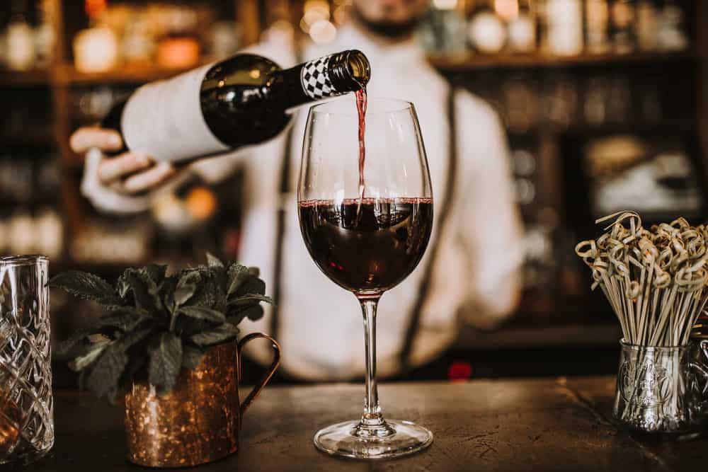 El vino tinto es ideal para acompañar carnes rojas